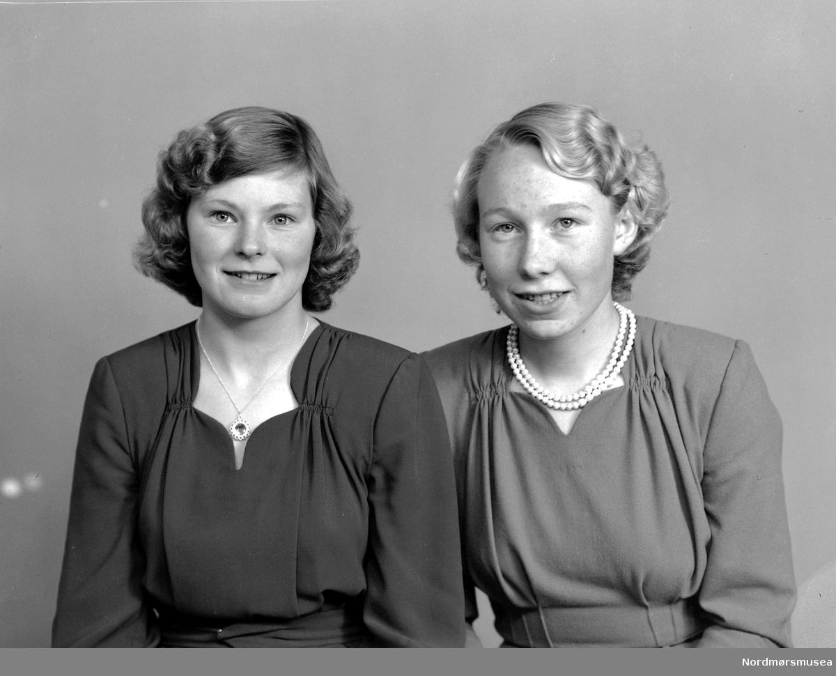 Foto av to ukjente kvinner, trolig fra Tingvoll kommune i Møre og Romsdal. Datering er omkring 1950-1960. Fra Nordmøre museums fotosamlinger, Halås-arkivet.