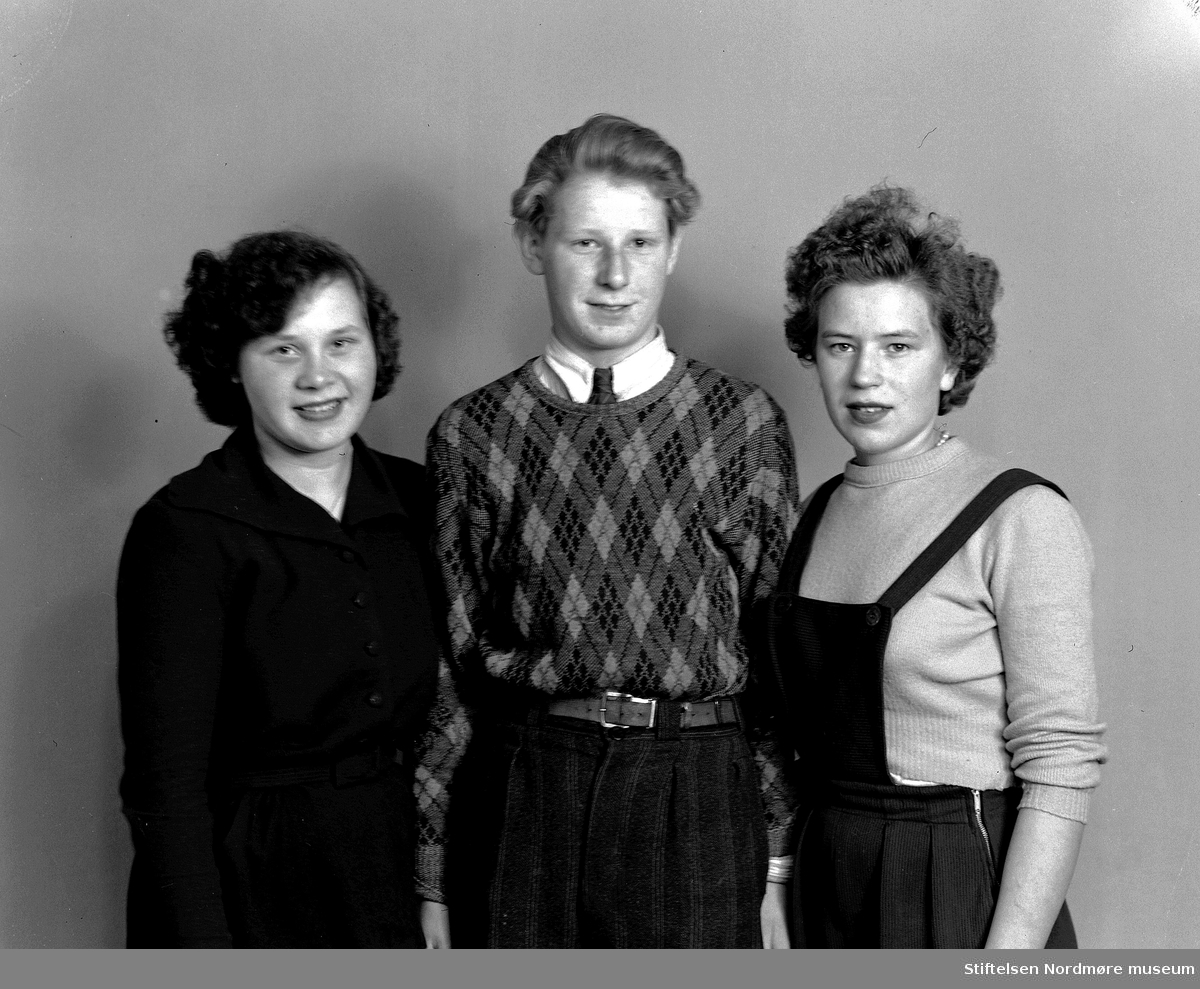 Portrett av tre ungdommer - to piker og en gutt - trolig fra Tingvoll kommune. Fra Nordmøre museums fotosamlinger, Halås-arkivet.