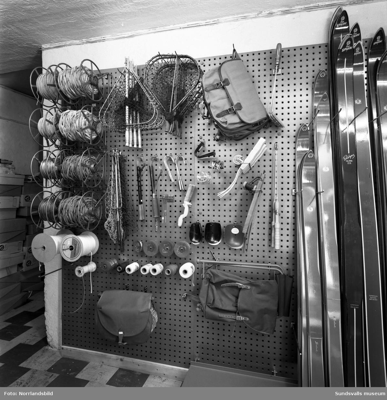 Leksaker, fiske- och sportutrustning på på hyllorna hos Näslund & Viklunds Järn.