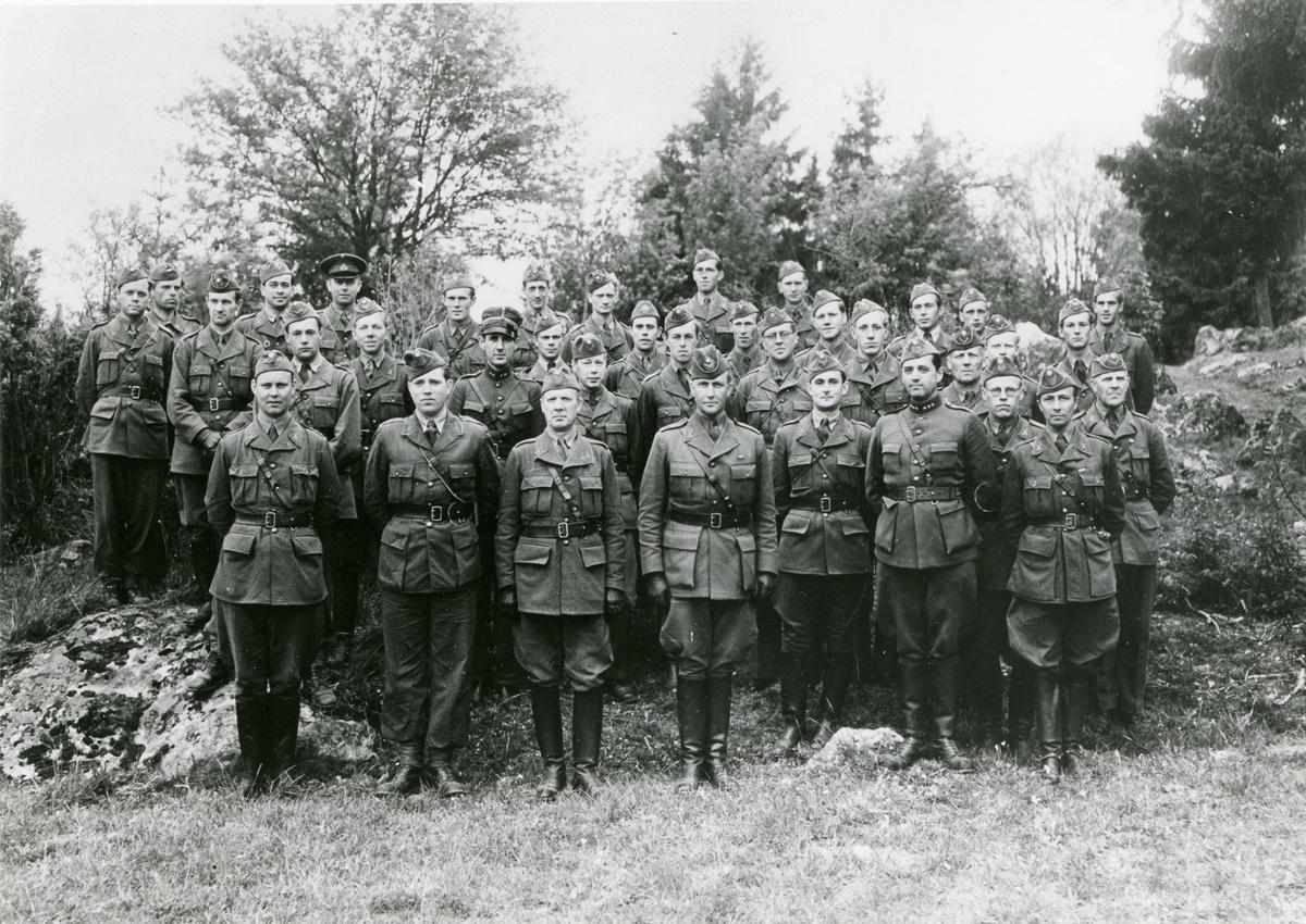 Grupporträtt av officerare och underofficerare vid Södermanlands regemente I 10, juni 1942.