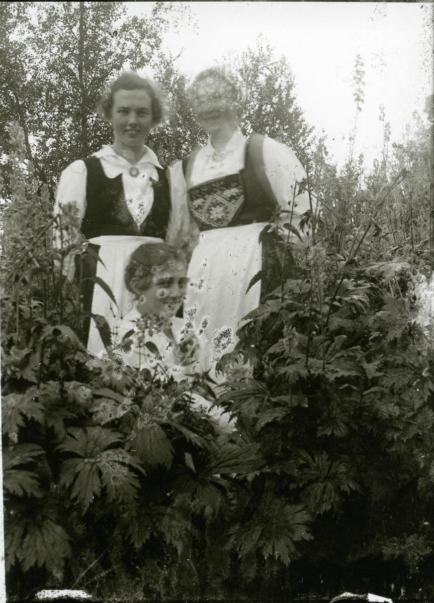 Tre kvinner i bunad.