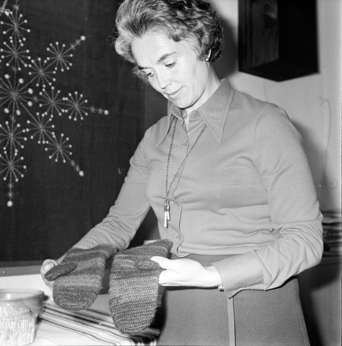 Stiftsgården, Vantbindning vid handarbetsdag, Januari 1973