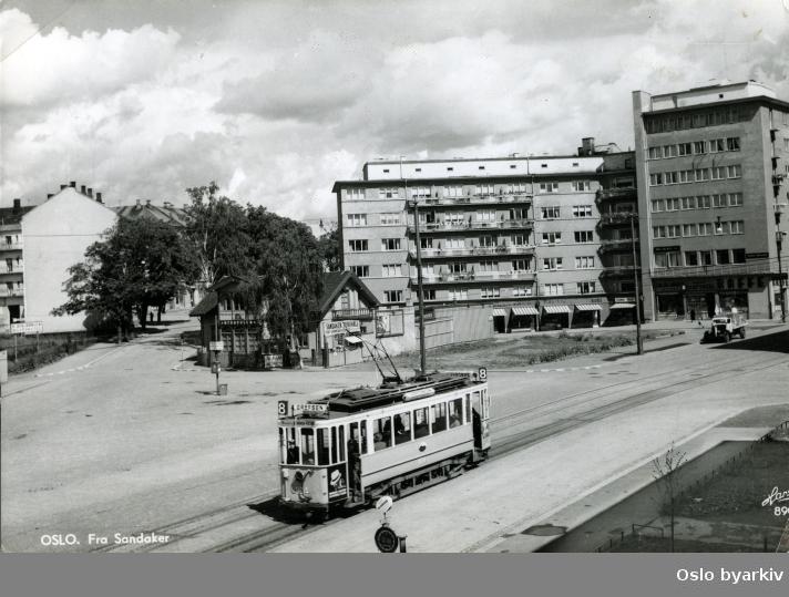 Oslo Sporveier. Trikk motorvogn 104 type SS (fra 1914) på linje 8, Grefsen, Sandaker-Vippetangen, her ved Nordpolen, Sandakerplassen, Sandaker torg, krysset Sandakerveien - Grefsenveien. Postkort 8909.