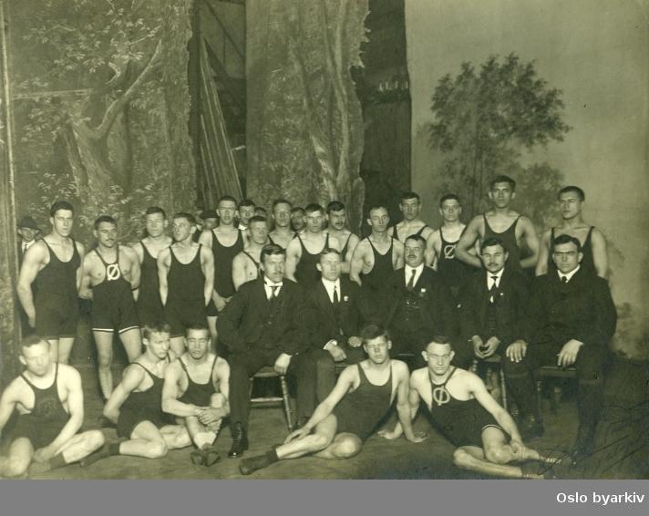 Gruppebilde. Fotografen virket i Kristiania mellom 1910 og 1935. Bildet må derfor ha blitt tatt i denne perioden