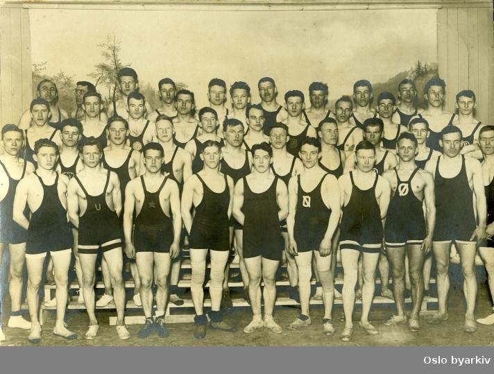 Gruppebilde Norgesmesterskapsstevne i brytning 10 til 11 mars i 1923. Signatur fra fotograf er uleselig.