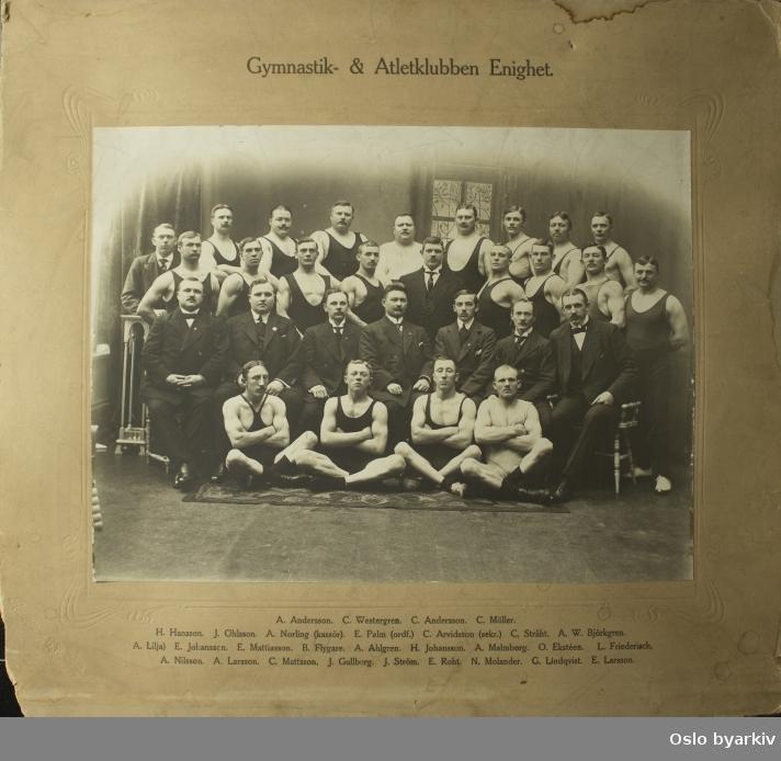 Gruppebilde av Gymnastik- & Atletklubben Enighet fra Malmø i Sverige. Klubben startet i 1892 og er fortsatt virksom i dag..De avfotograferte: A. Anderson, C. Westergren, C. Andersson, C. Möller, H. Hansson, J. Ohlsson, A. Norling (kassör), E. Palm (ordf.), C. Arvidsson (sekr.) c. Stråht. A.W. Björkgren, A. Lilja), E. Johansson, E. Mattiasson, B. Flygare, A. Ahlgren, H. Johansson, A. Malmborg, O. Ekstèen, L. Friederisch, A.Nilsson, A.Larsson, C. Mattsson, J. Gullberg, J. Ström, E. Roht, N. Molander, G. Lindqvist, E. Larsson