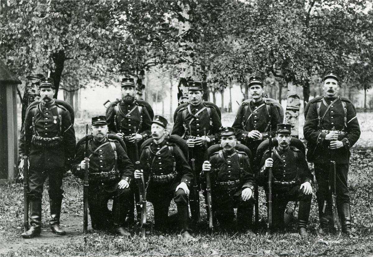 Grupporträtt av soldater, möjligen från Södermanlands regemente I 10.