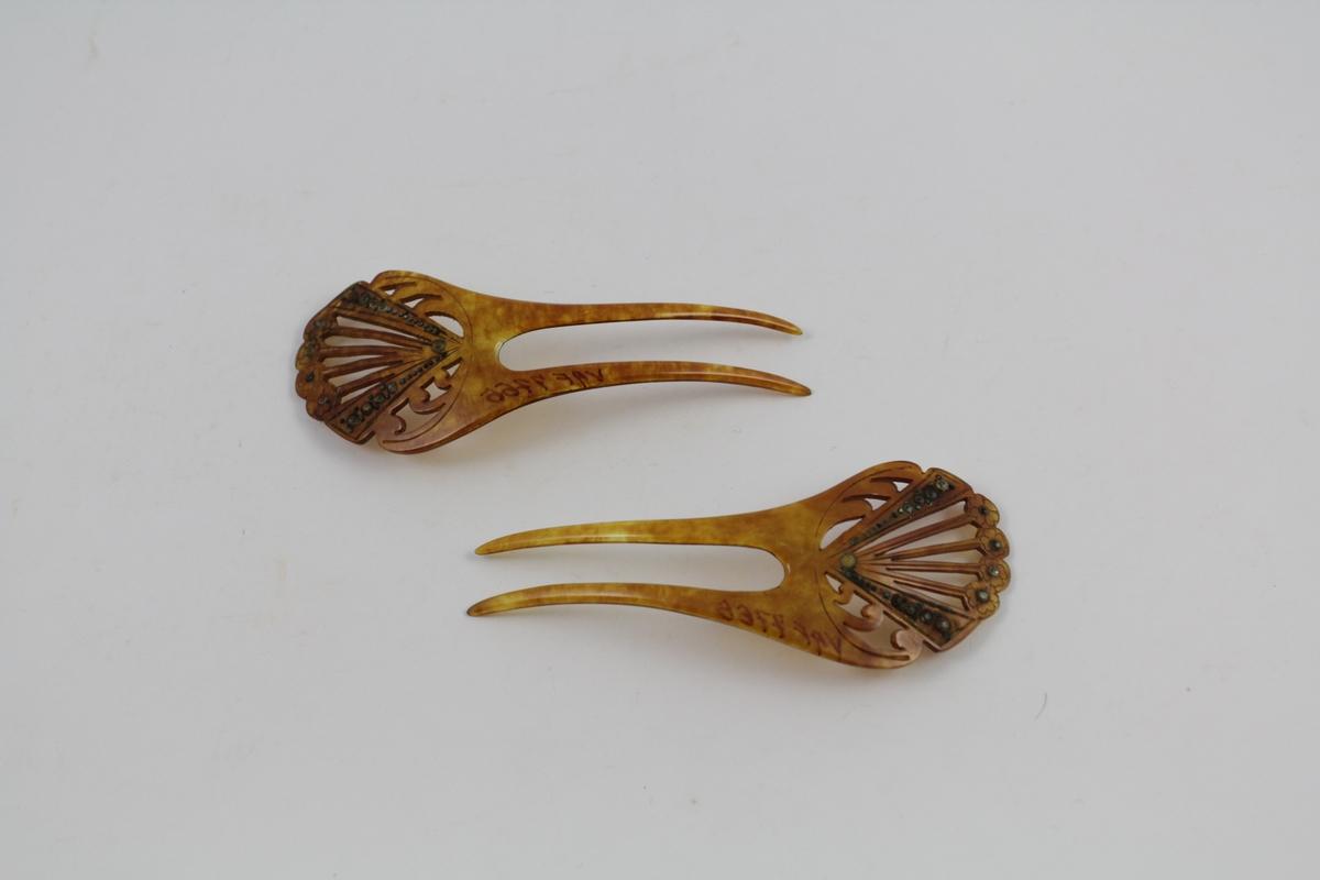 fire perler på blomstermotiv i ytterkant,4 perler på hver kant som