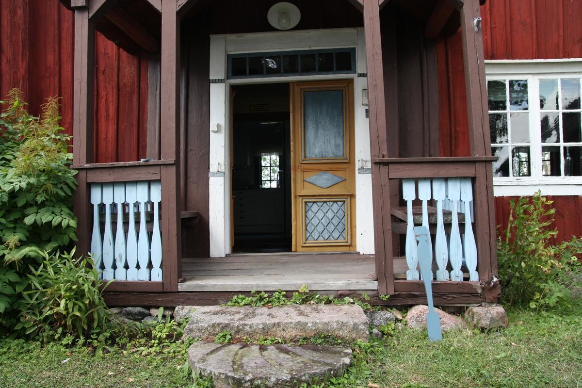 Byggnadsvårdsåtgärder på veranda, på mangårdsbyggnaden på hembygdsgården Härledsgården, Torstuna Härled 1:5, Torstuna socken, En-köpings kommun, Uppsala län 2014