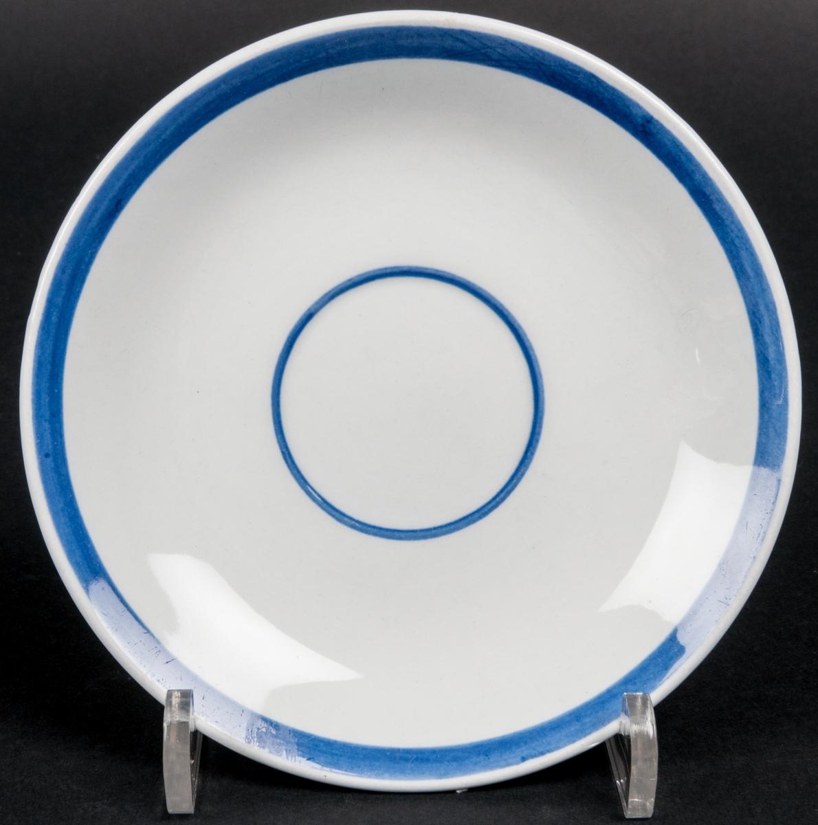 Kaffekoppar med fat, 6 st. Flintgods, Gefle Porslin, formgivare Arthur Percy. Modell: Blått band. Ljusgrå, något bukig kopp med blå tryckt dekor (blad och kvist). Blå rand upptill på insidan. Ljusgrått fat med blå rand längs brättet. Blå färgstämpel under fatet: rundugnar och Gefle i cirkel Made in Sweden