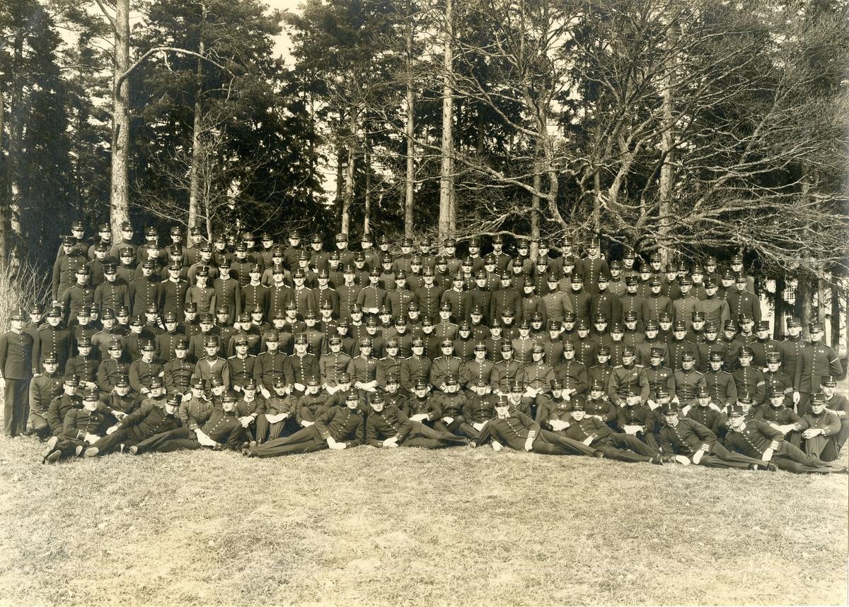 Grupporträtt av soldater och officerare vid aspirantskolan Linköping 1929.
