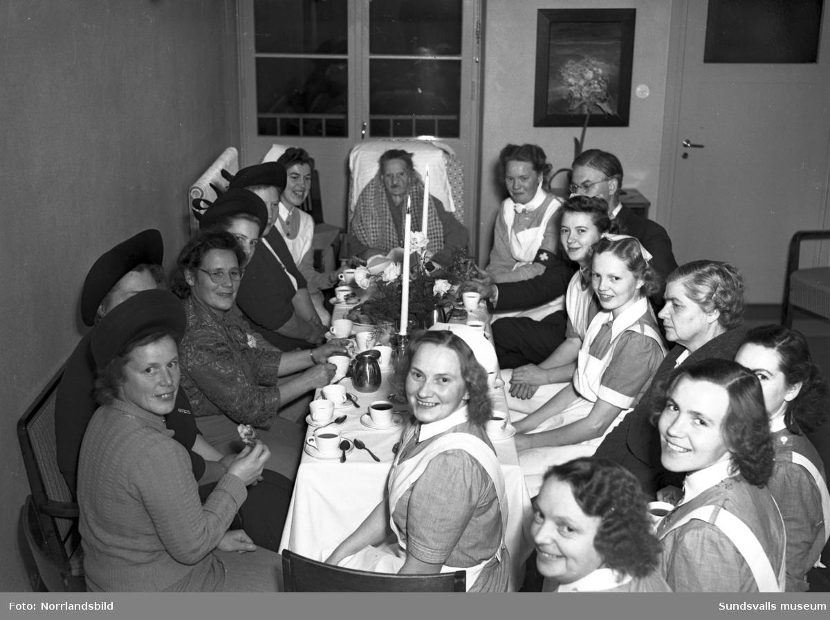 80-årsfirande för en kvinna på Lasarettet, avdelning 4. Kaffekalas med anhöriga och sköterskor.