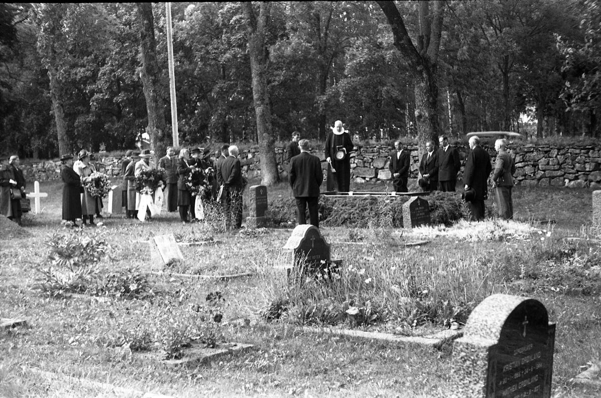 Fra en begravelse på Hoff kirkegård, Sannsynligvis etter Petter Lovisendal (1873-1949) som i dødsannonsen i Totens Blad er titulert som løytnant. Han hadde tjenestegjort på Starum.  Serie på sju bilder, der noen er fra gravfølget på veg til grava, noen ved grava. Presten er trolig Finn Sommer, ingen andre er identifisert.