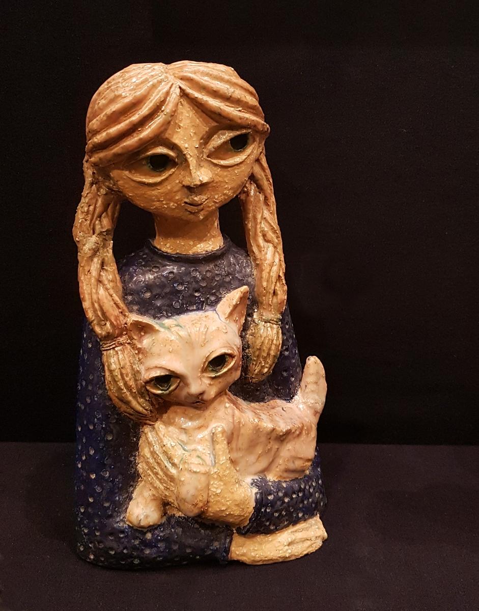 Flicka med katt. Design Dorothy Clough, Gefle Porslinsfabrik.