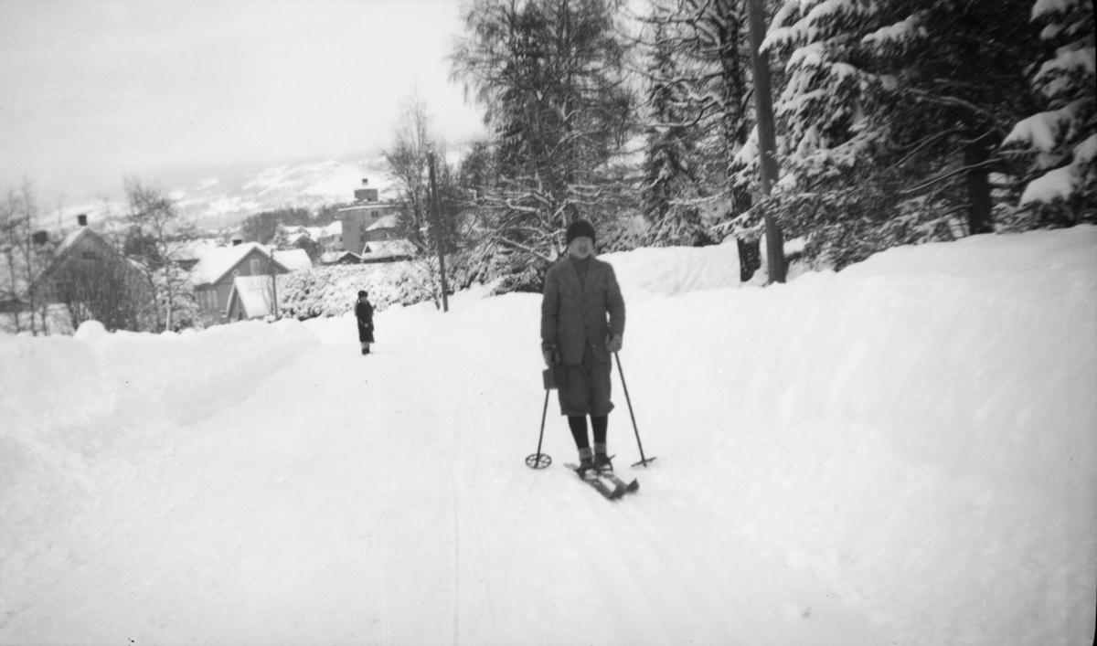 Mann på ski i Storgata/Utsiktsbakken i Lillehammer.