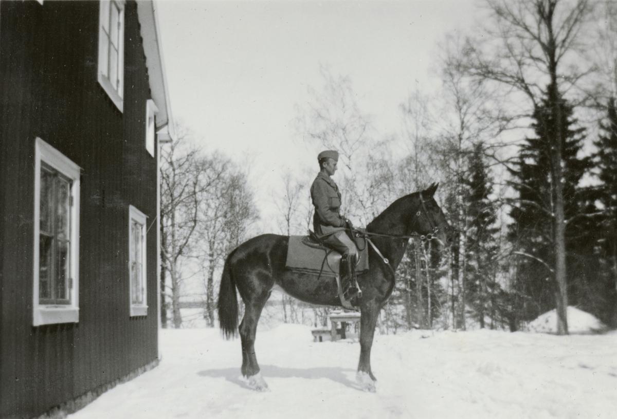 Officerare från Södermanlands regemente I 10 och hästen Ruth.