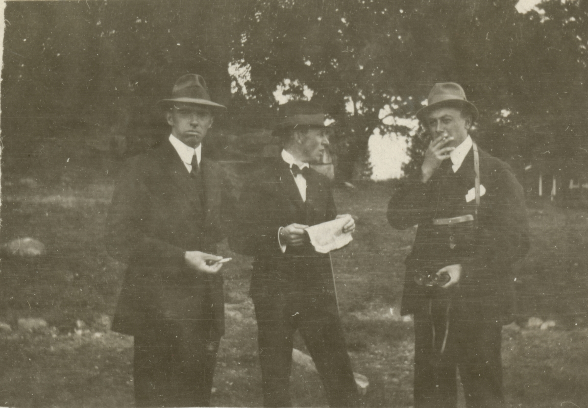 Porträtt med tre män.
