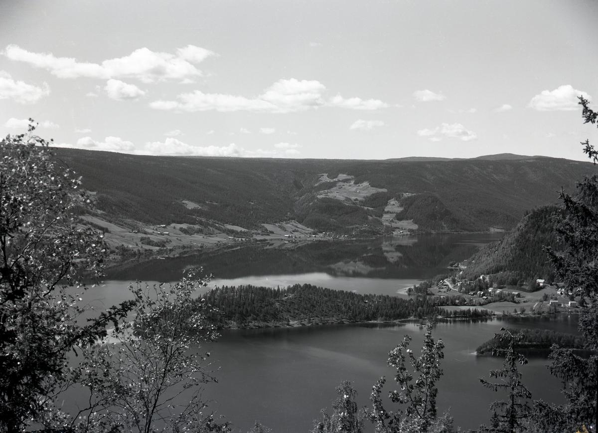 Utsikt fra Ranheimsbygda mot Strandefjorden, med Storøya midt i bildet og Fagernes til høyre. I bakgrunnen Lo og Hovrud.