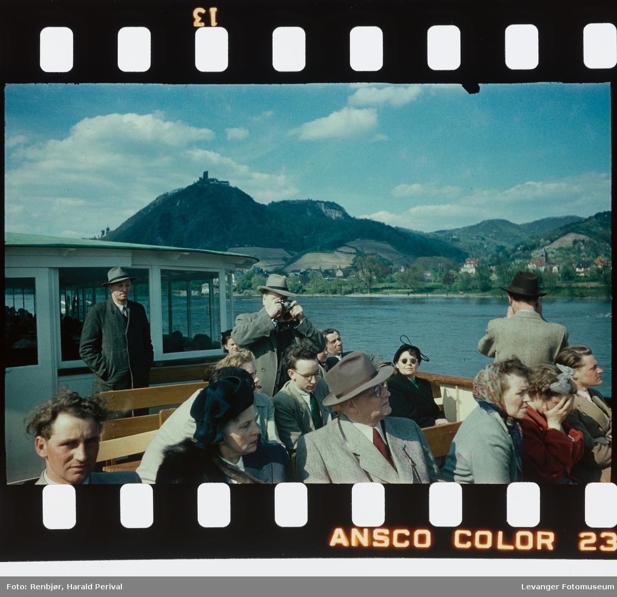 Harald tar bilder på båttur i Rhinen.