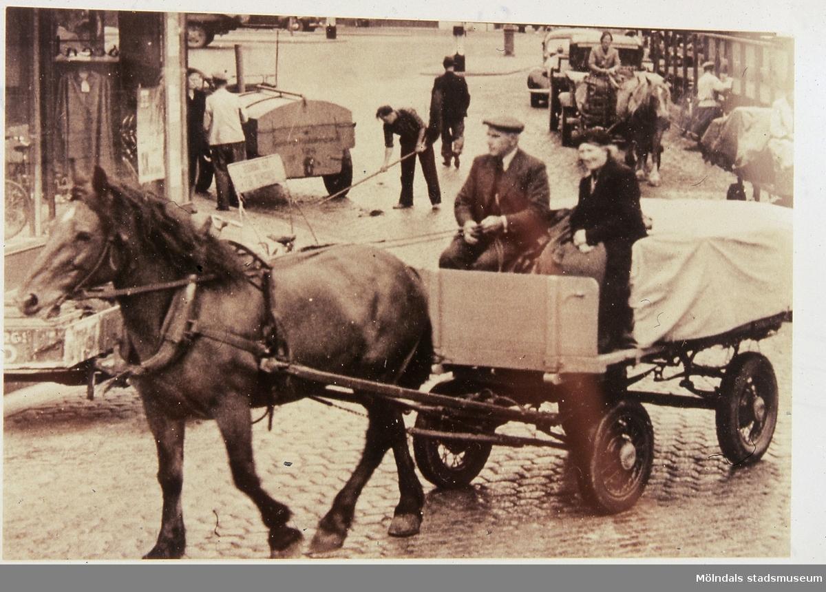Elsa och John Olsson från Fässberg Mellangård 1 kör hem från Kungstorget i Göteborg, år 1950. Hästen heter Carola. F 7:9. Reprofotografi.