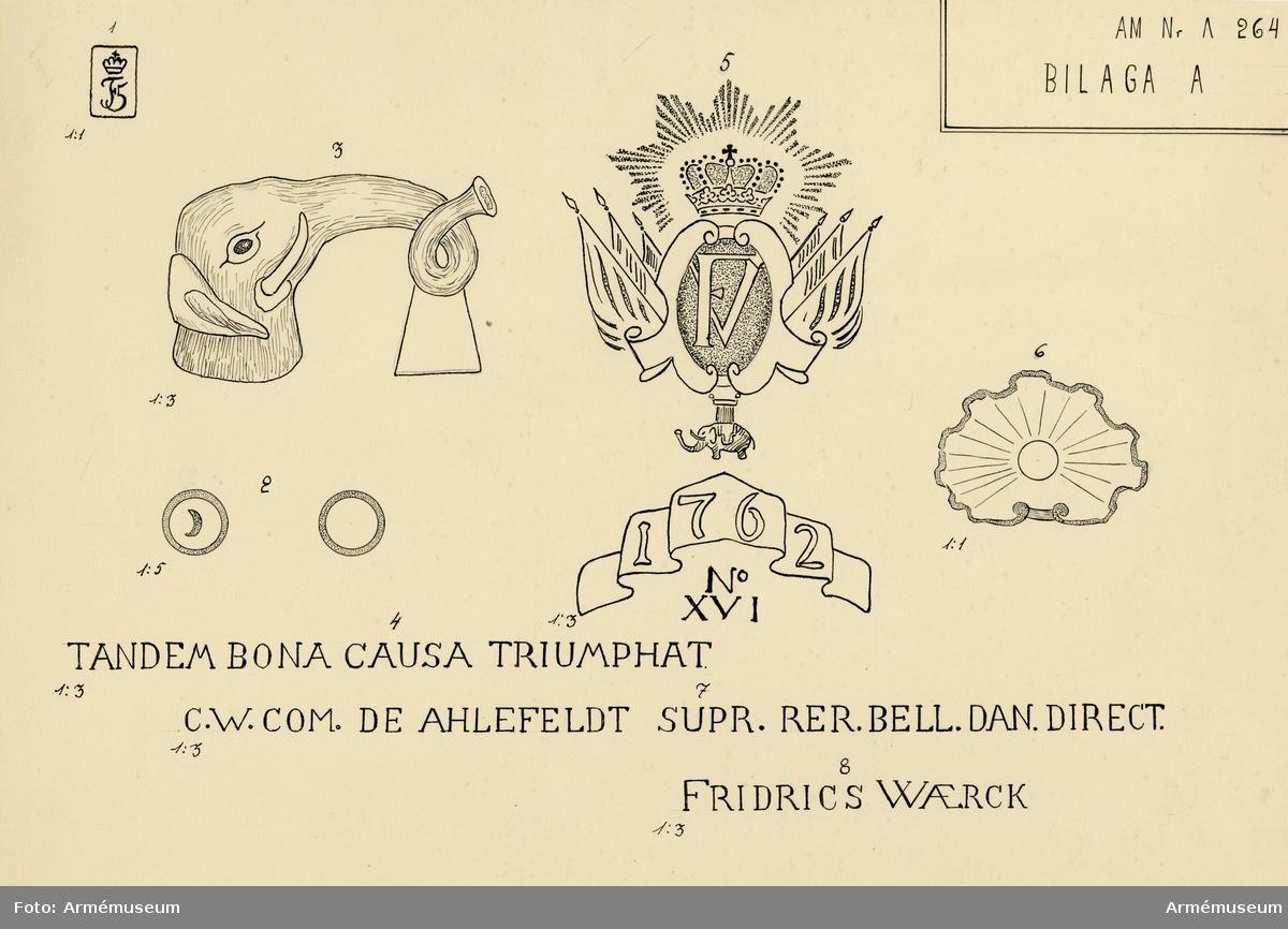 """Grupp A I.  Å kammarstycket: Fredrik V:s namnchiffer samt därovan inskriften: TANDEM BONA CAUSA TRIUMPHAT (Omsider segrar den goda saken). Å kammarbandet följande inskrift: C. W. COM(es) DE AHLEDELDT. SUPR(emus) RER(um) BELL(icarum) DAN(icarum) DIRECT(or); C. W. greve till Ahlefeldt, högste ledaren av det danska krigsväsendet). Enl. teckning: FRIDRICS WAERK.  Märkningar: V delfin """"No 11"""", """"D6 AP 1762"""". Kammarstycket har """"1762"""" och """"No XVI"""". V tapp """"C"""" och H tapp """"3- p"""", """"1-1 p"""" och """"1-p"""".  Loppets relativa längd är 19 kaliber."""