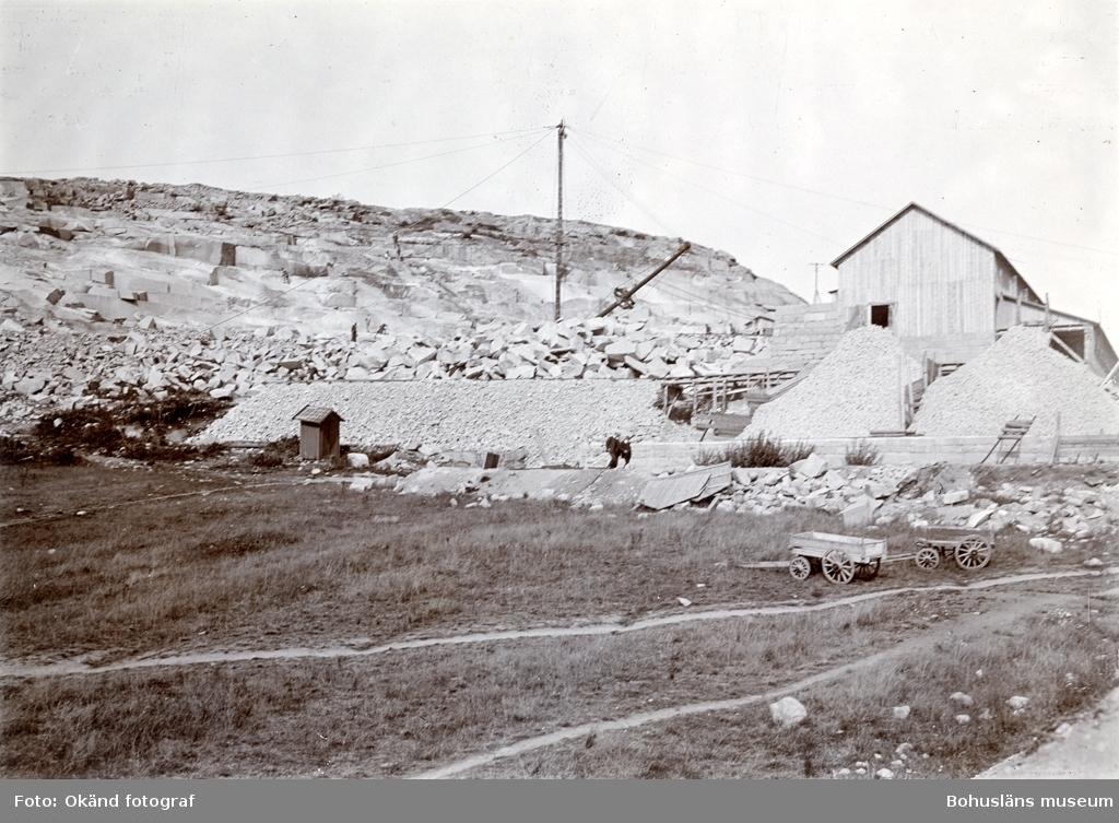 """""""Rixön stenhuggerier, (exteriör av fabriken för maskinhuggning av smågatsten med upplag av sådan sten, den 29 aug. 1906, Då Tekniska Samfundet i Göteborg besökte Rixön, på inbjudan av Skandinaviska Granit Aktiebolaget, Halmstad."""""""