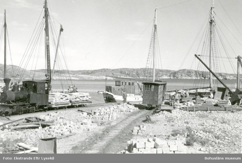 Räls och vagnar för transport av granit på stenbrottsområdet till lastfartyg
