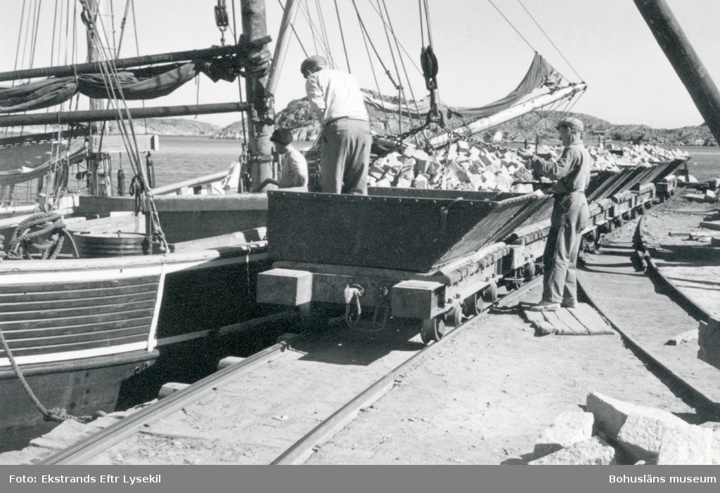 Lastning av sten från vagnar till fraktfartyg
