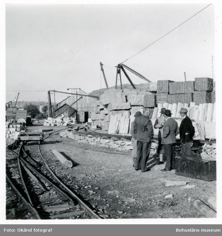 Några män i kostym står på stenhuggeriområdet i Hunnebostrand