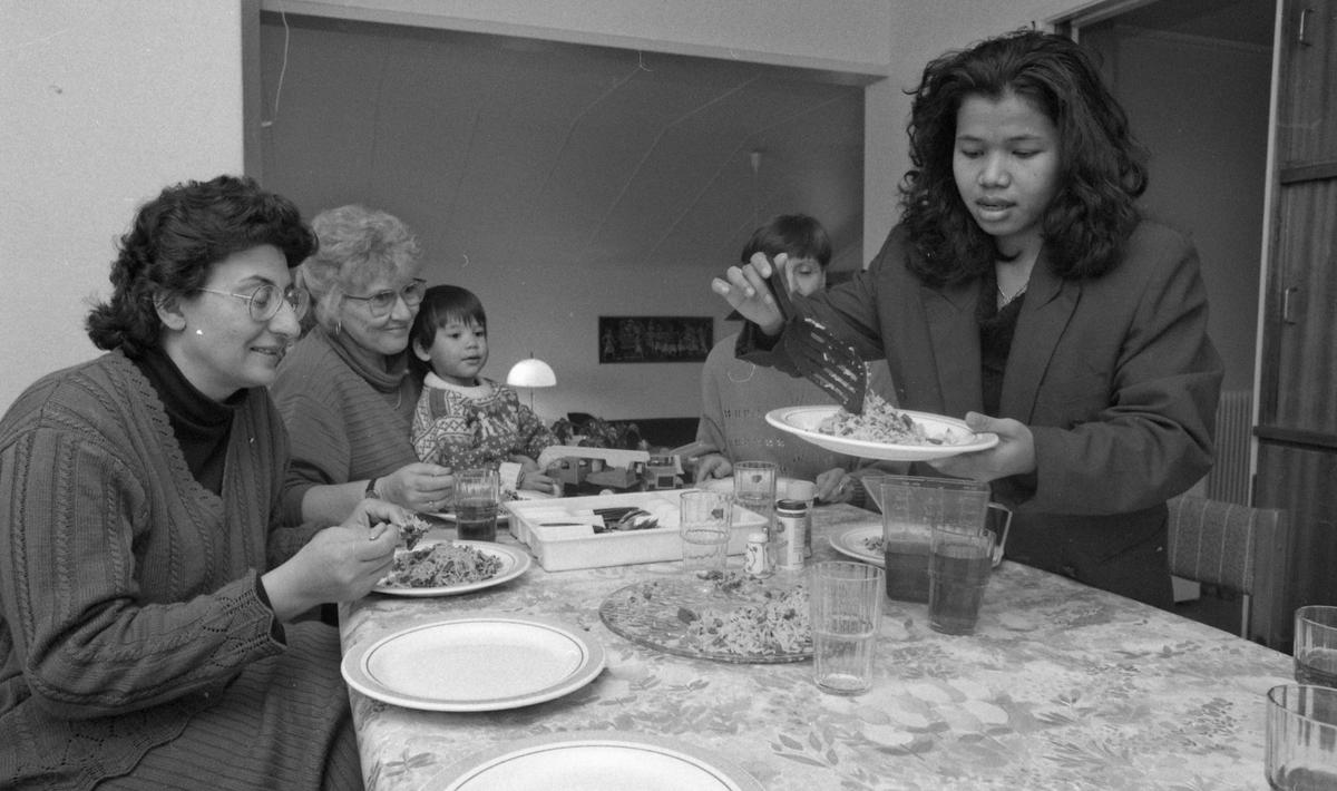 """Diverse bilder fra """"Det internasjonale hus"""" på Kolbotn. Bilde en, fra venstre: Mahmouda Mousher, Randi Nesset, Kenneth Arnesen og Anne Ramleth samlet til middag. Bilde to: Awalet Arey ved en gryte med risrett. Bilde tre: Nguyen Thai Hung leser lekser. Bilde fire: Awalet Arey og Mahmouda Mousher prater over kaffe og vafler. Bilde fem: Luqman Moazzem med gitar og Marianne Hupkes. Bilde seks: Barn med leker. Ludo og kinasjakk."""