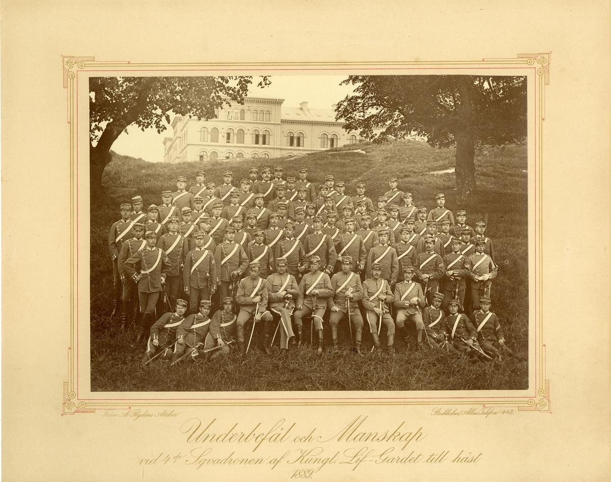 Grupporträtt av underbefäl och manskap vid 4:de skvadron av Livgardet till häst 1889.