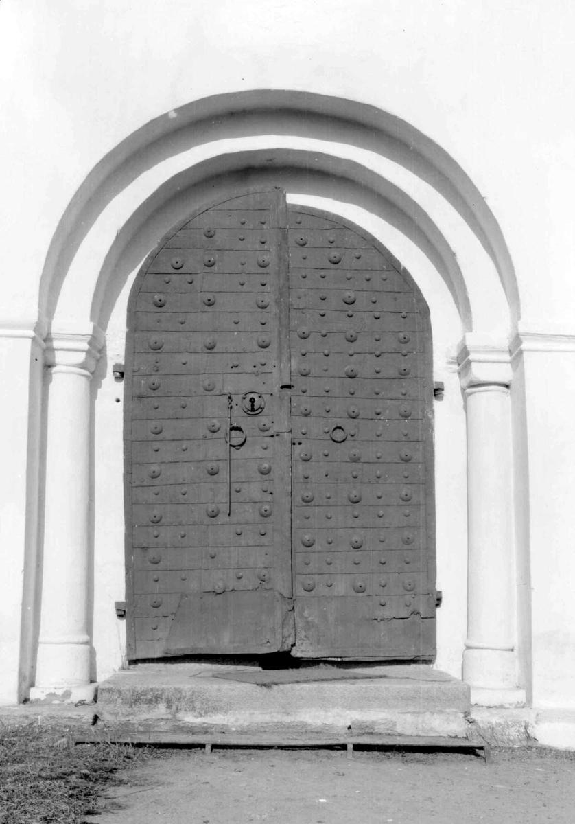 Inngangsdør på ringsaker kirke.