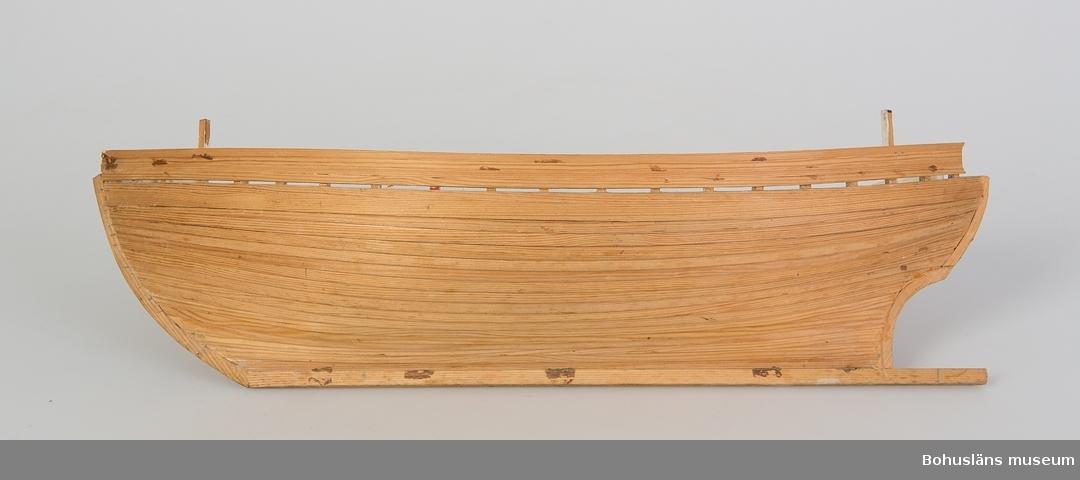 Båtmodell AV KOSTERBÅT, trä, halvfärdig, omålad.  Ur punktnummerkatalogen 1958-1976: Vm. Roger Bengtsson, U:a Båtmodeller av trä