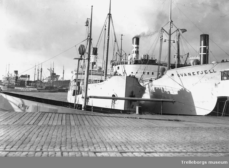 Båtar i hamnen. Båten närmast kajen är M/T B.T.IV. Den anlände i Stockholm 1937.Den andra båten heter Svanefjell.