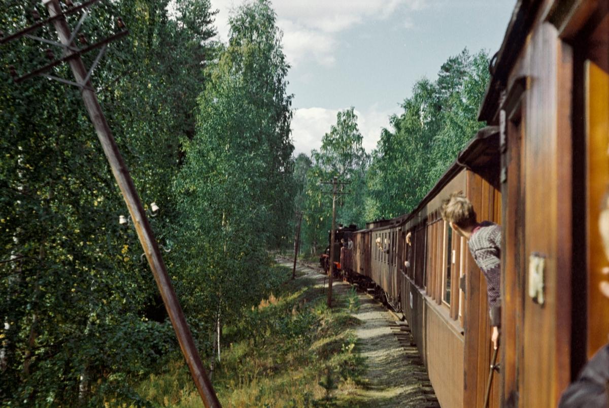 Underveis mellom Kløftefoss og Krøderen med A/L Hølandsbanens veterantog fra Drammen til Krøderen. Toget trekkes av damplokomotiv 18c 245.