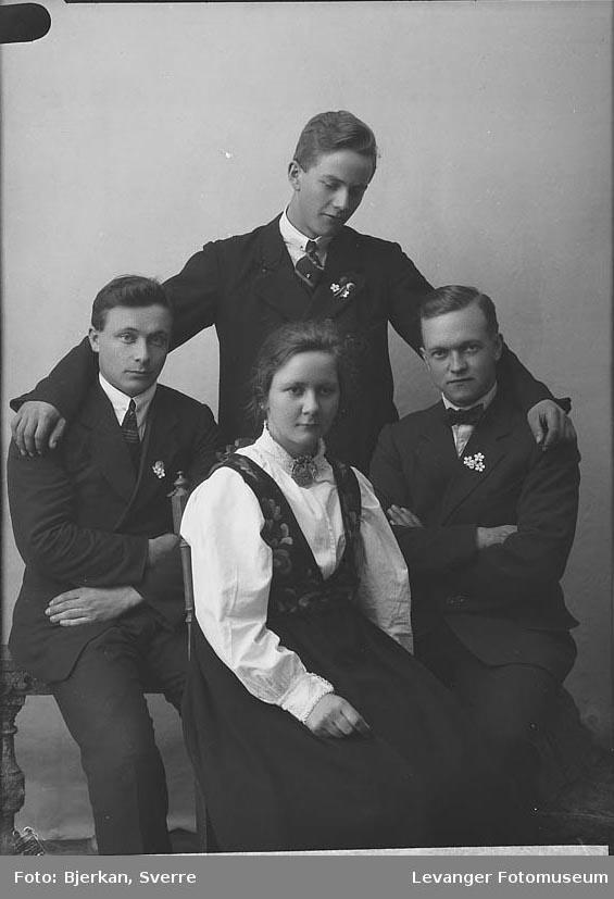 Gruppebilde av Slåttelid, fornavn og de andre personene er  ukjente. Ole Solberg sitter til høyre
