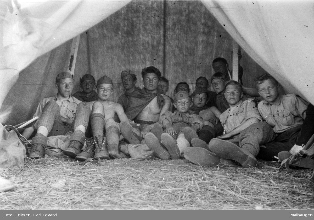 Speiderleir pinsen 1928. Gutter i telt.