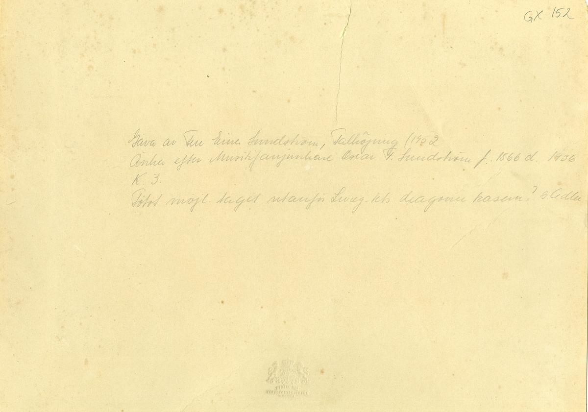 Grupporträtt av officerare och soldater vid Kavalleriskolan. Fotot möjligen taget utanför Livregementets dragoner kasern 1887-1888.