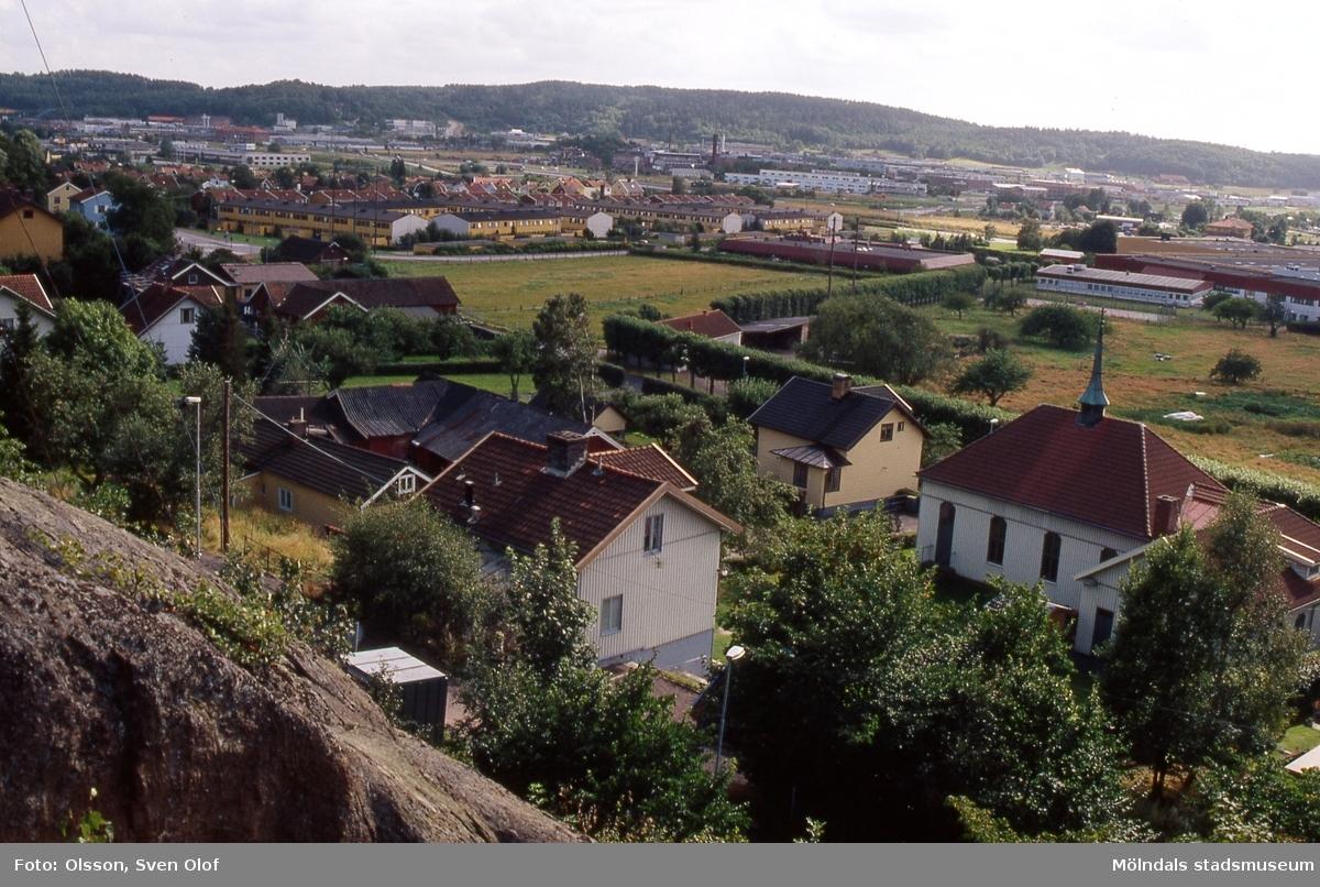 Vy över bebyggelse i Forsåker, Mölndal, i augusti 1990. Till vänster ses Forsåker Storegård 1 och till höger metodistkyrkan.