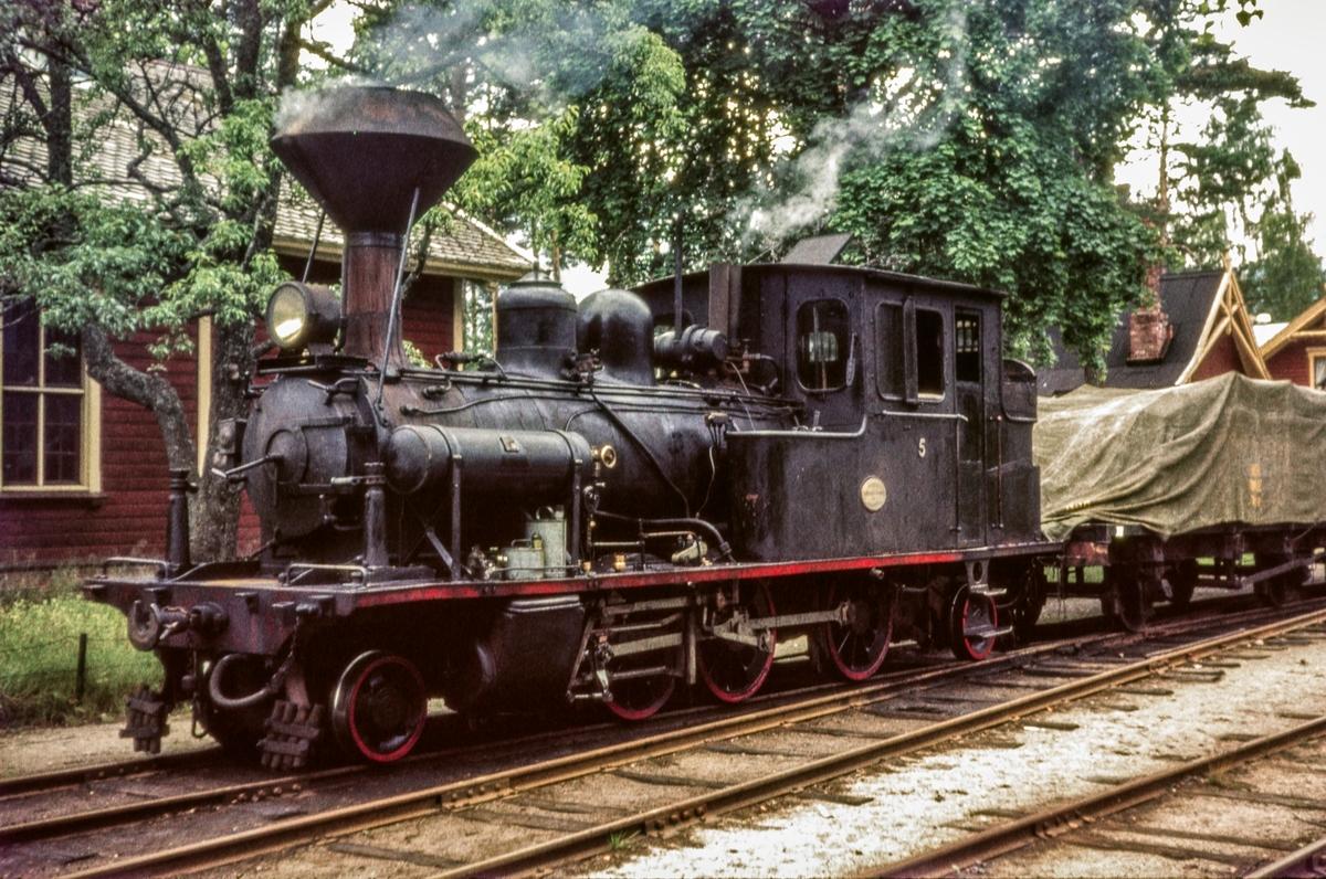 Blandet tog fra Byglandsfjord til Grovane på Byglandsfjord stasjon. Toget trekkes av Setesdalsbanens damplokomotiv nr. 5.