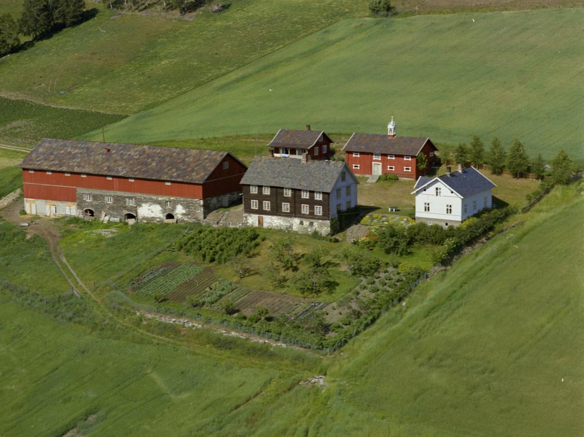 Sør-Fron, Hundorp, Midtbygda. Gården Stokke. Stort rødt uthus med hvitmalt matklokke. Stor kjøkkenhage og blomsterhage.