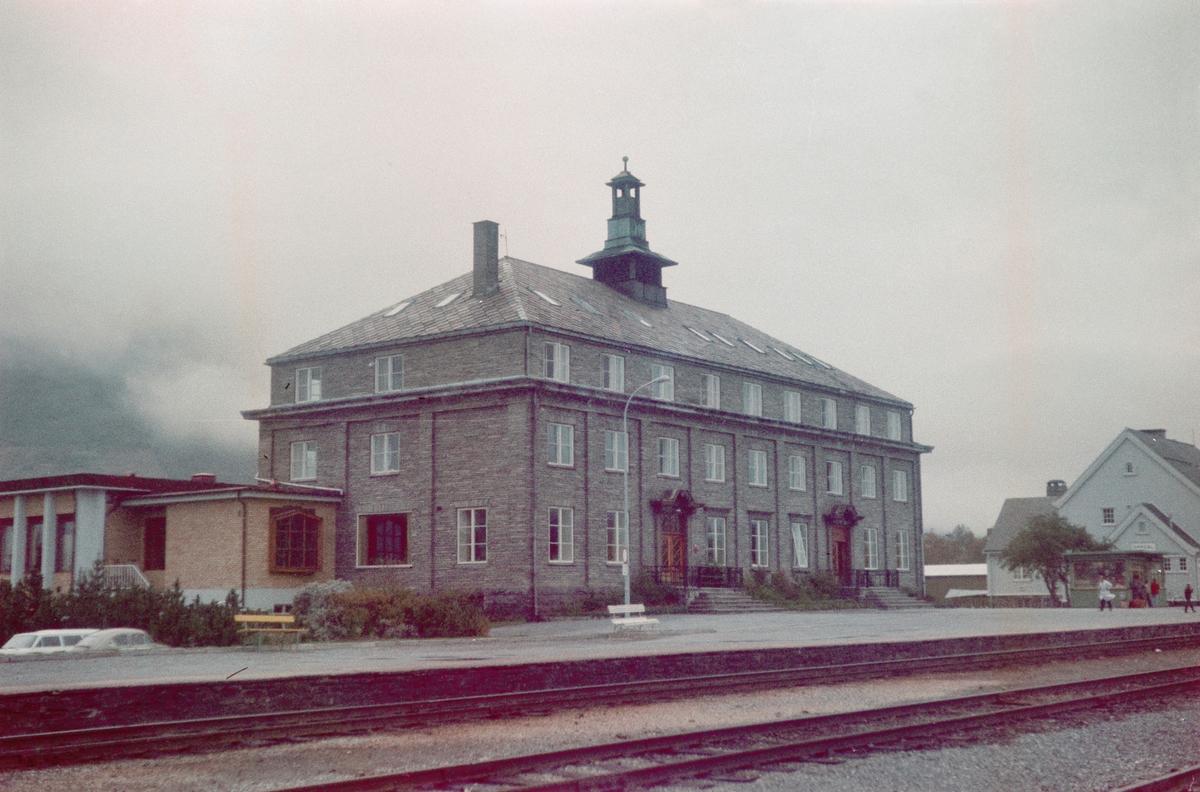Fra Oppdal stasjon på Dovrebanen. Nærmest Oppdal Turisthotell, til høyre Oppdal stasjon.