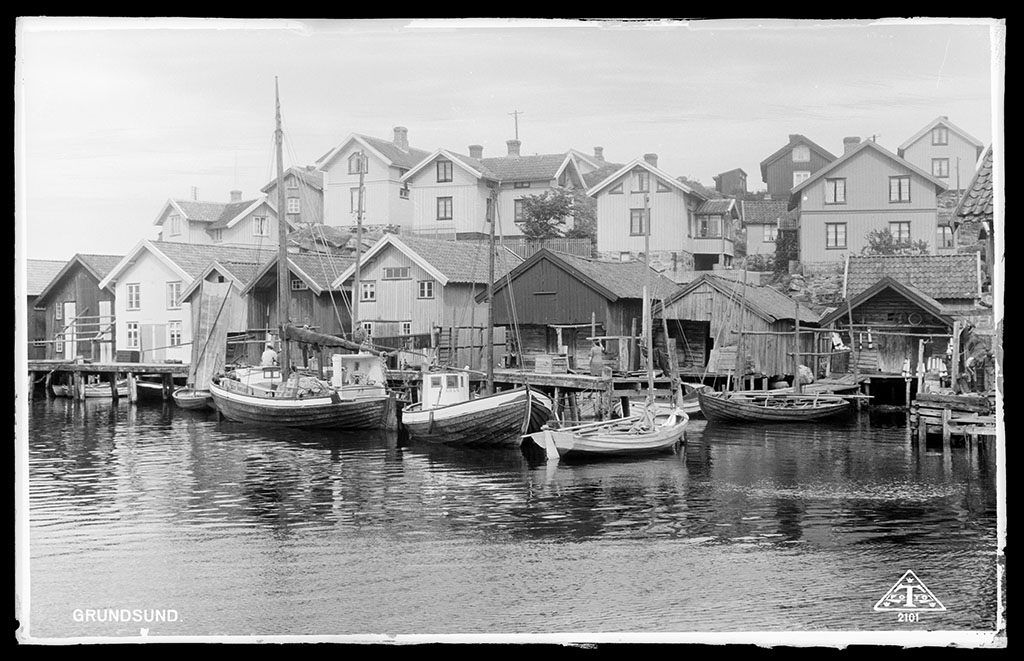Fiskeläge i Grundsund med tre fiskebåtar, i mitten Äran LL97, innanför denna ligger snipan Janet.