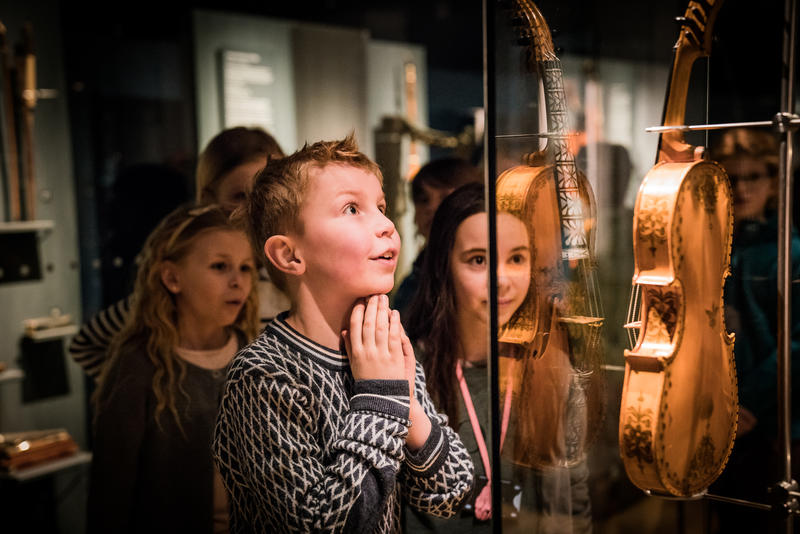 Glad gutt ser på hardingfele Foto: Kristian Wanvik Kulturskolen (Foto/Photo)