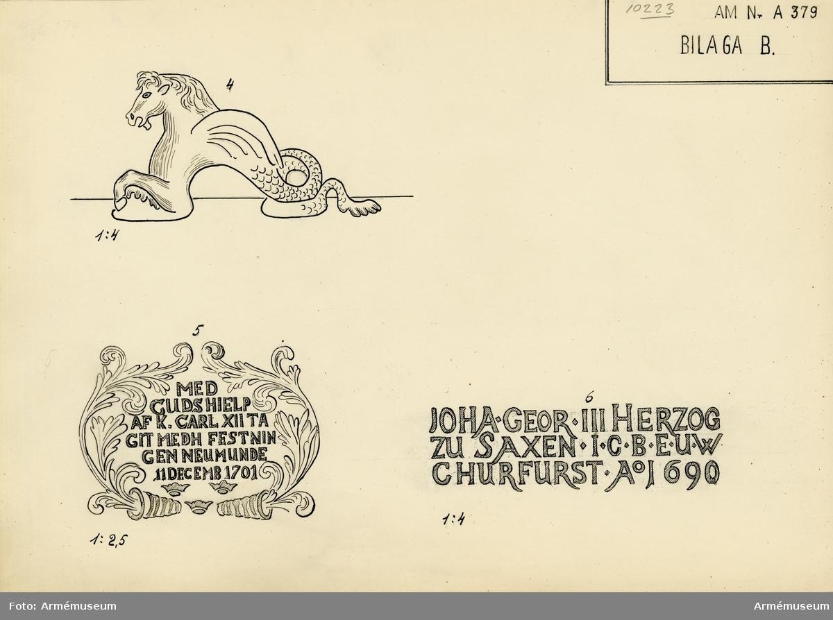 """Grupp A I.  Krigsbyte från den invid Dünamünde belägna skansen Neumünde, som den 11 dec 1701 erövrades av svenskarna. Följande inskrift syftar härpå: MED GUDS HIELP AF K CARL XII TAGIT MEDH  FESTNINGEN NEUMUNDE 11 DECEMB 1701.  Kanonen utmärker sig f.ö. genom sin högst praktfulla utstyrsel och fullkomlighet, vad tillverkningen beträffar. Gjuten under Johan Georg III:s regering.  På långa fältet: bilden av en amorin ridande på en sjöhäst.  På kammarstycket: hertigens av Sachsen hjärtvapen och därovan inskrift """"JOHA. GEOR. III HERZOG / ZU SAXEN.J.C.B. E.U.W / CHURFURST Ao 1690, No 2"""". På kammarbandet """"W.C.V. CLENGEL GEN. WM.V. ZEVG  OBR. G.M.ANDREAS HEROLD I. DR."""""""
