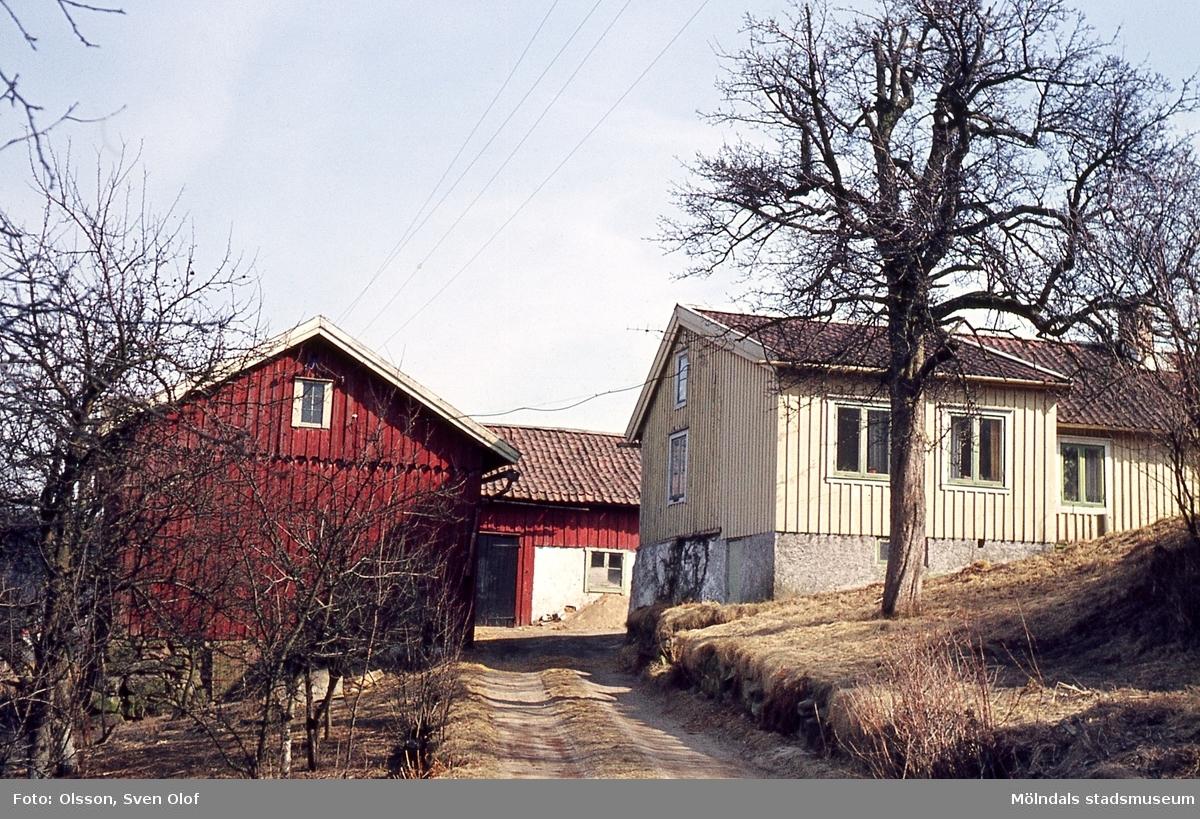 Bebyggelse på gården Lilla Kråketorp 1 i Kärra, Mölndal, år 1964.