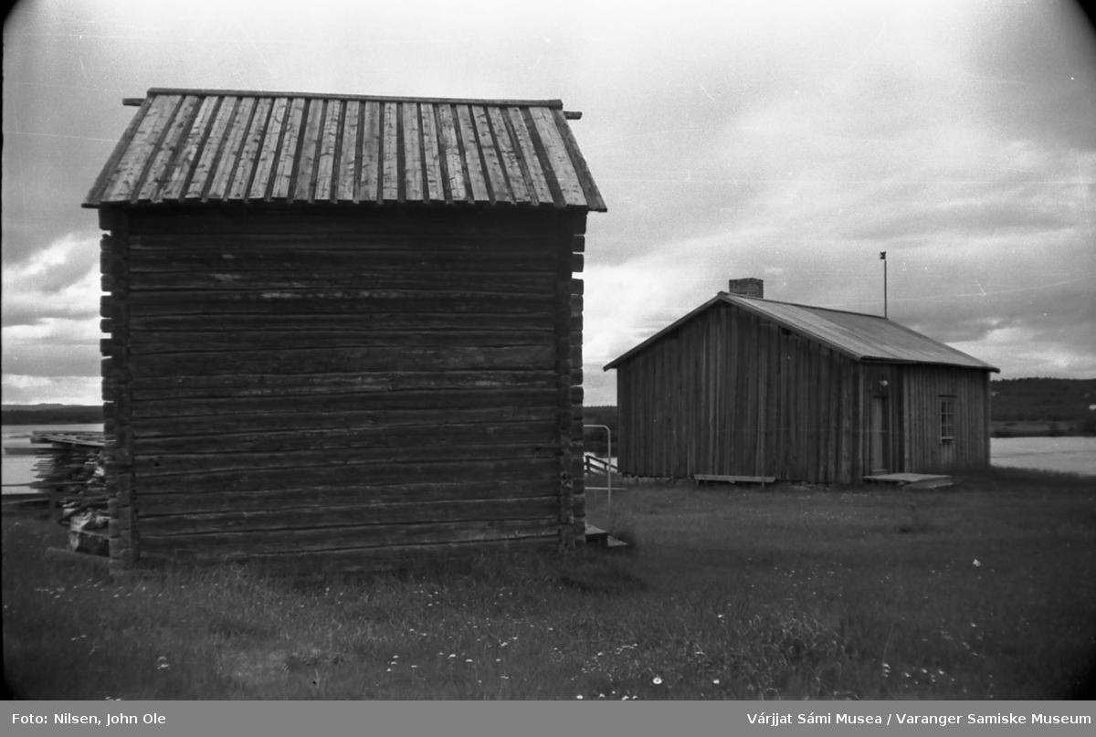 Uthus og Laestadii Pörte (Læstadius' røykstue) i Karesuando, Sverige. Elva i bakgrunnen. 16. juli 1967.