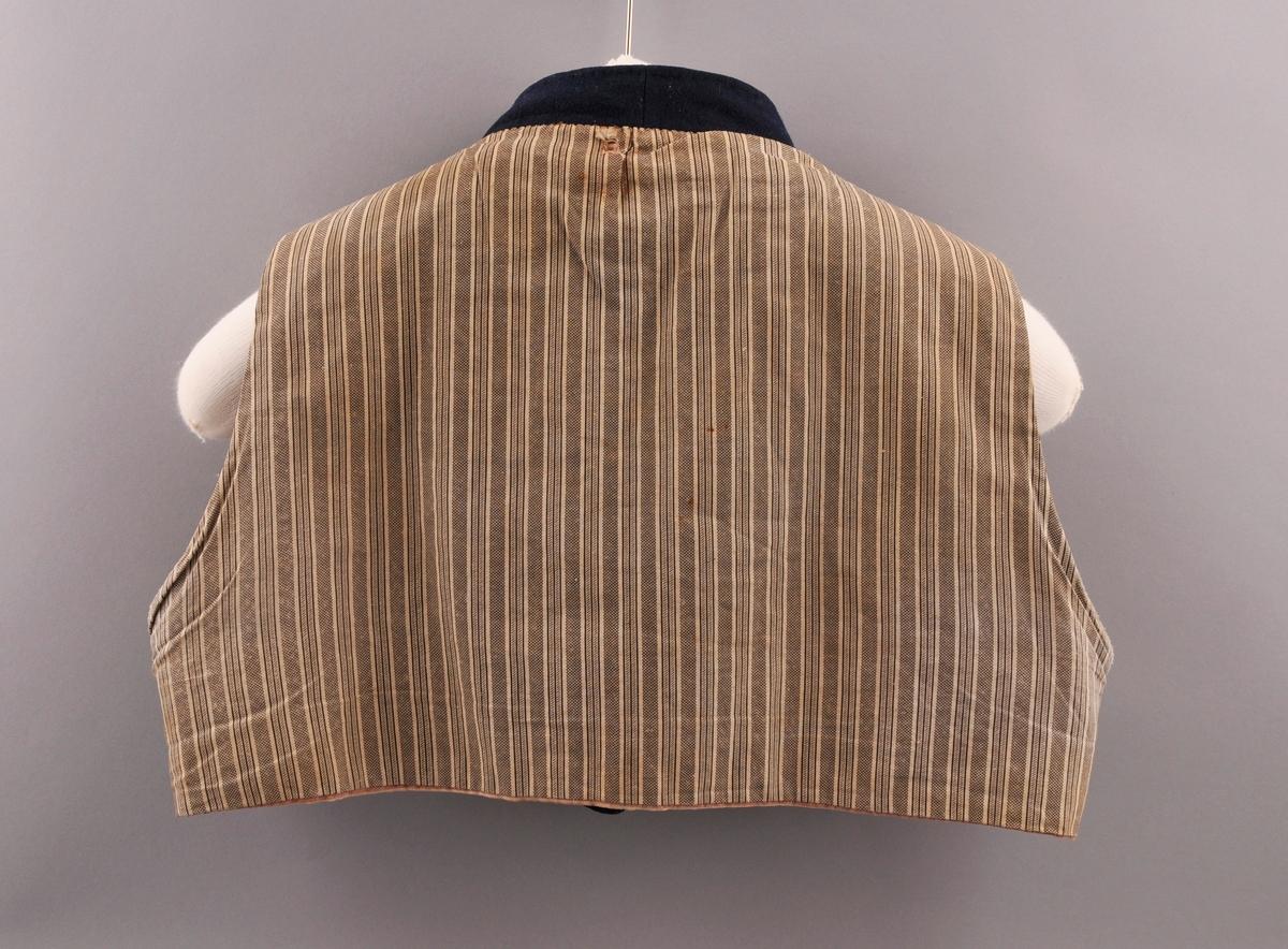 Herrevest med forside i blått toskaftsvove ulltøy, fora med kvitt og raudt ull- og linlerret. Bakside i kvitt linlerret med svart stripete trykk. Ei lomme på kvar side framme, fora med linlerret. Ståkrage, smale skuldre og vide armhol. Krage- og skulderstykker i toskatsvove ulltøy. Storparten av kragen er fora med linlerret. 10 knapphol på venstre side framme, ein sylvknapp øverst. Knapphola er sydd med brun lintråd. I høgre side er det 10 sylvknappar festa fast med skinnrein på baksida, ein 11. knapp er sauma fast øverst med lintråd.