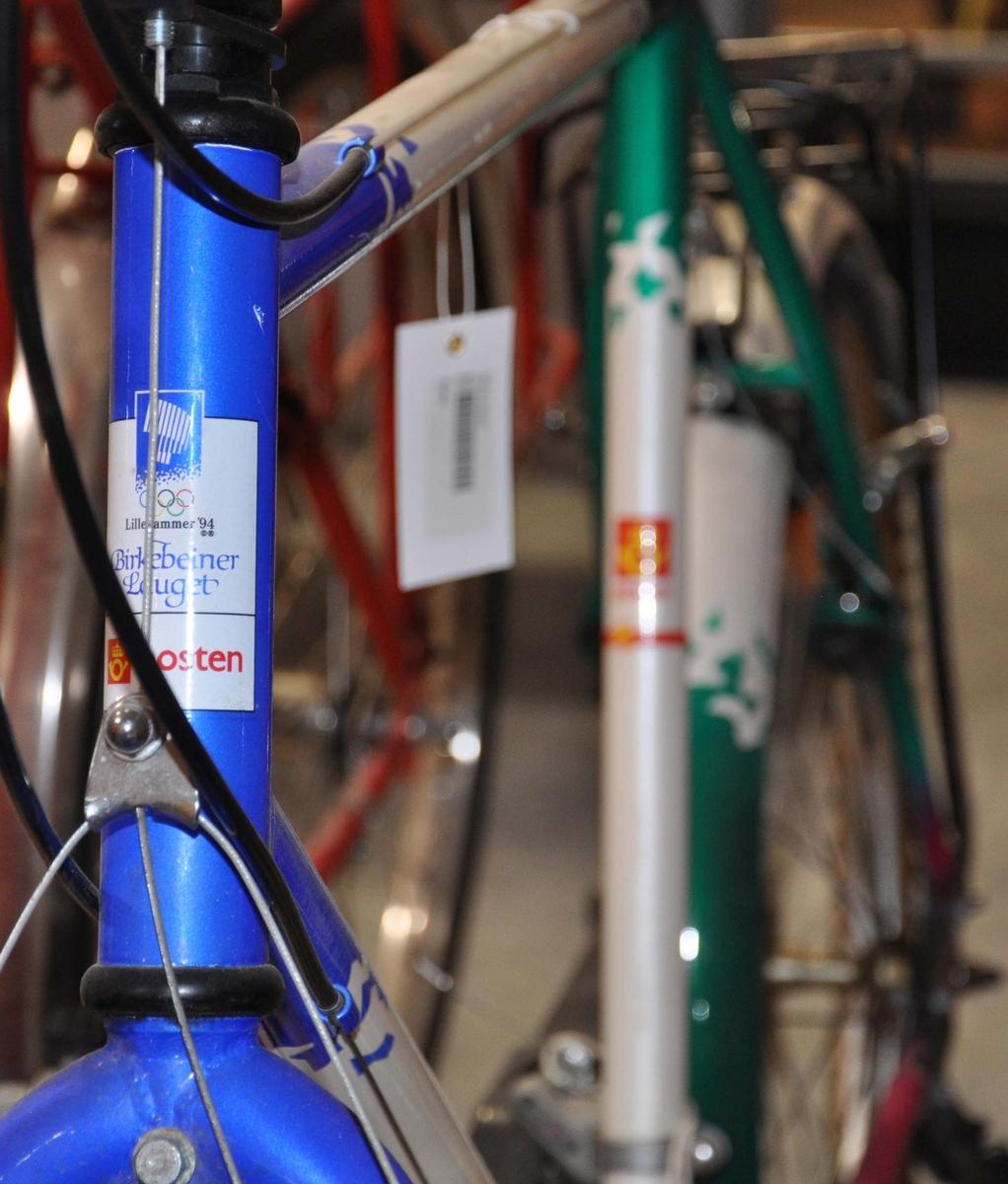 OL-sykkel. Sykkelen er hvit med blå og grønne mønstre fra OL 94.