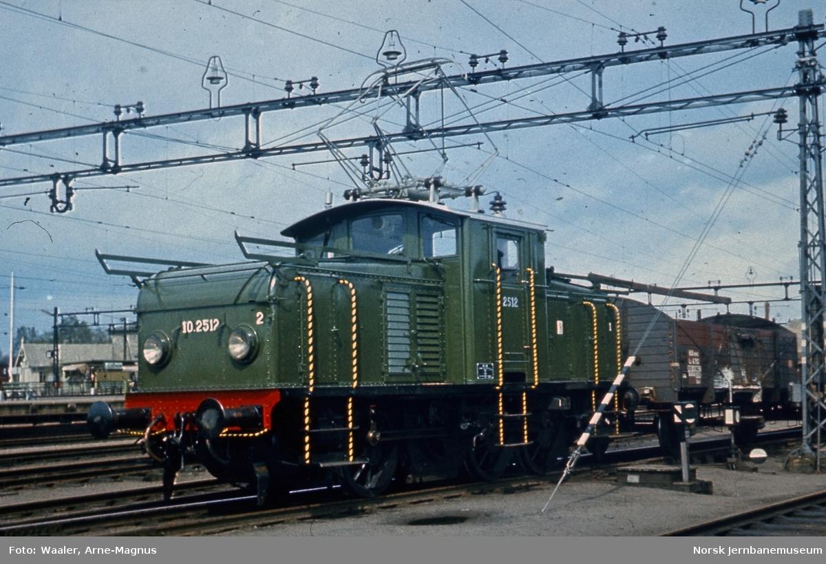 Elektrisk lokomotiv El 10 2512 på Lillestrøm stasjon